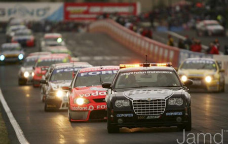 Chrysler 300C V8 Supercars Safety Car en carrera.jpg