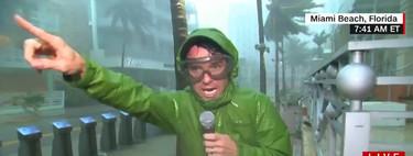 Hemos buscado al reportero más puteado cubriendo un huracán y no hemos podido quedarnos sólo con uno