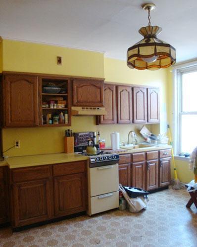 Una cocina amarilla.
