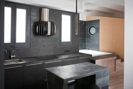 casa en oro, negro y blanco - cocina
