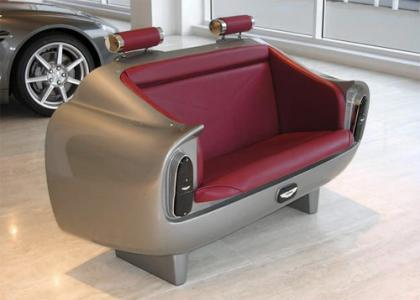Siéntate en el Aston Martin de mi salón