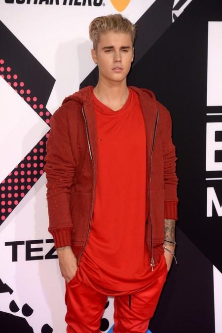 Justin Bieber se convierte en el hombre de rojo en los Premios MTV EMA en Milán