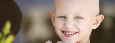 Un niño de siete años se afeita la cabeza para apoyar a su amigo enfermo de cáncer: un hermoso gesto que emociona