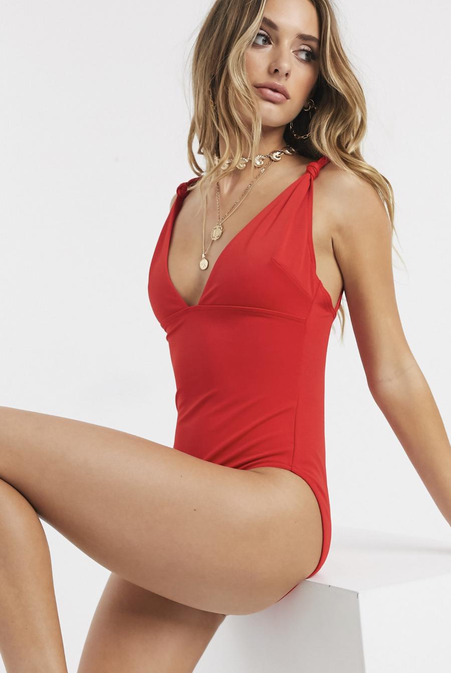 Bañador reductor con tira y nudo en rojo de ASOS DESIGN
