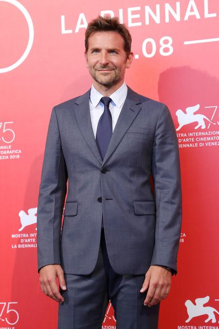 Con Atencion A Los Detalles Bradley Cooper Lleva Un Perfecto Look A La Premiere De A Star Is Born 2