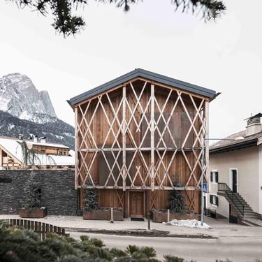 Una casa al pie de los Alpes que por fuera parece un granero tradicional pero que por dentro sorprende por su  revolucionaria distribución del espacio