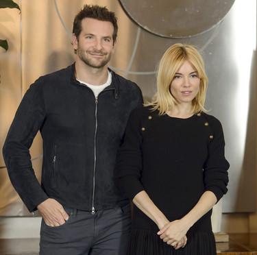 Bradley Cooper acude al estreno de la película Burnt en Roma vistiendo una cazadora de ante slim fit