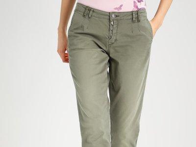 45% de descuento en estos pantalones   Esprit en color kaki: ahora sólo 32,95 euros con envío gratis en Zalando