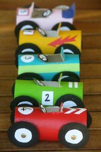 Una buena idea: coches hechos a partir de rollos de papel higiénico