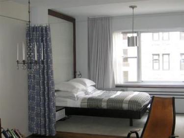 Una buena idea: Cortinas para separar el dormitorio en un piso pequeño