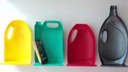 Hazlo tú mismo: pequeños estantes con botellas de plástico