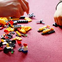 ¡Manos a la obra! David Beckham comparte una foto en su Instagram tratando de montar para sus hijos un Lego de 4.000 piezas
