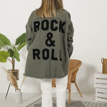 La chaqueta con mensaje de The Desire Shop y otras 13 prendas exteriores de la marca que nos encantan para llevar con vaqueros