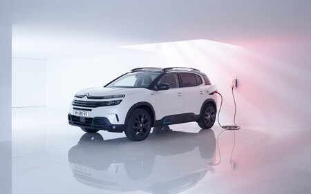 Transport & Environment propone coches híbridos enchufables con 80 km de autonomía, pero eso quizá no tenga sentido