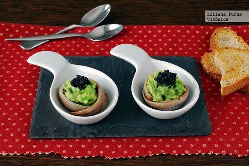 Canapé de anchoas con aguacate, queso y caviar vegetal. Receta saludable