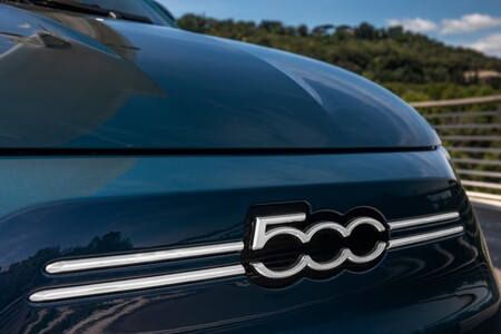 Fiat 500e logotipo frontal
