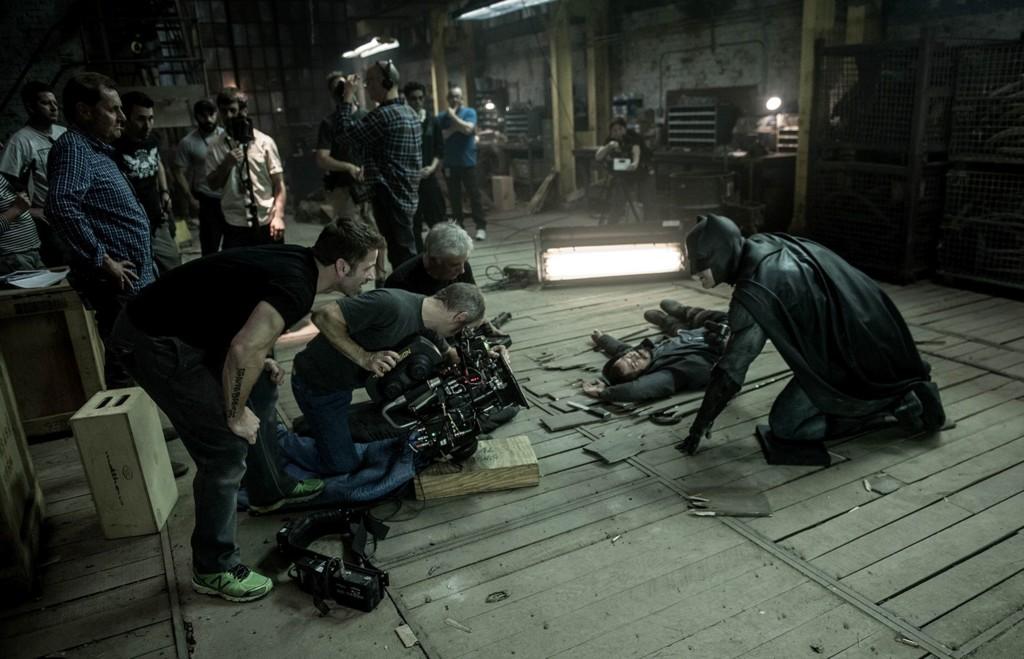 Zack Snyder supervisa una escena durante el rodaje