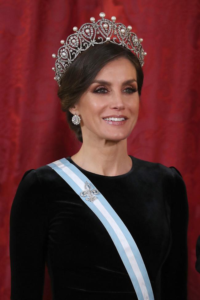 Doña Letizia impacta con las joyas que ha lucido en la cena de gala en honor al presidente de China y su esposa