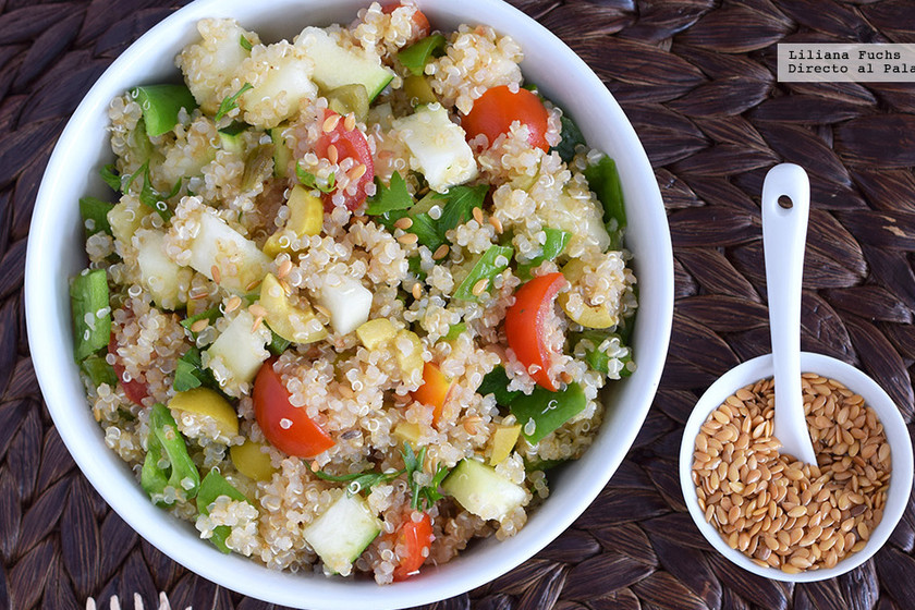 Ensalada de quinoa con calabacín, aceitunas, jalapeños y linaza. Receta vegana