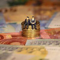 El ministro Escrivá se hace trampas al solitario: el problema de las pensiones no se arreglará ni con inmigración ni con natalidad