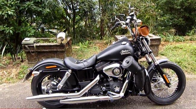 Altavoces atronadores en una Harley Davidson