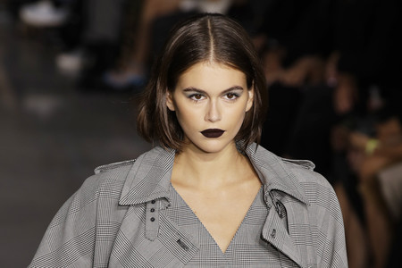 Kaia Gerber se atreve con los labios negros y muestra cómo de sofisticada puede ser esta tendencia en maquillaje