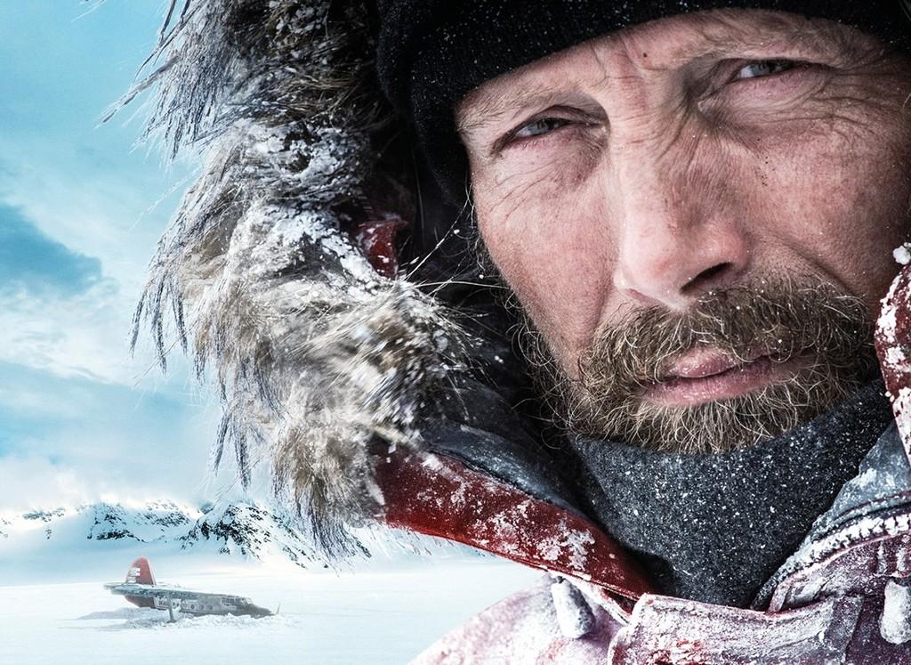 Mads Mikkelsen lucha por su vida en el potente tráiler de 'Arctic'