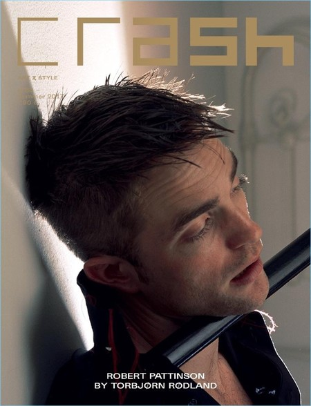Robert Pattinson vestido de Dior en la portada de la revista Crash