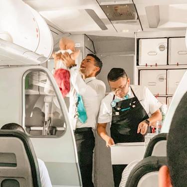 El precioso gesto de un auxiliar de vuelo, que ayuda a calmar a una bebé que lloraba