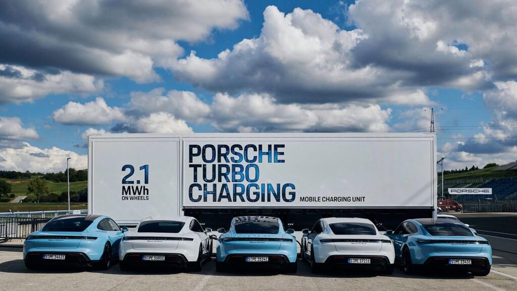 Porsche ha desarrollado siete camiones de carga móvil, y cada uno puede cargar ¡hasta 10 Porsche Taycan a la vez!