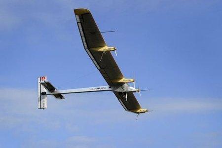 Avión solar Suizo realiza su primer vuelo internacional