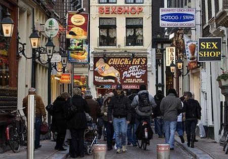 Amsterdam reduciría la cantidad de coffee shops y escaparates del distrito rojo