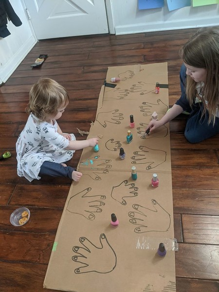 Una caja de cartón y esmaltes: el sencillo truco viral de una madre para entretener a sus hijas durante la cuarentena