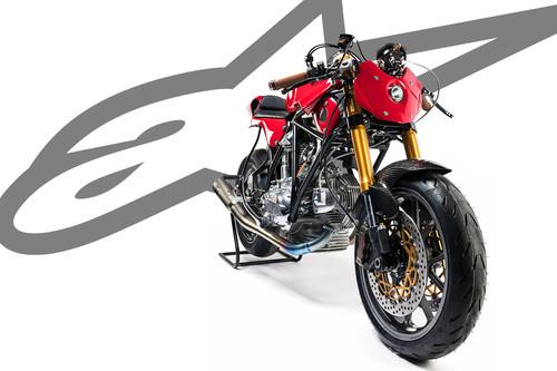 Alpinestars celebra su 55 cumpleaños con una preciosa Ducati 750 restomod por Deus Ex Machina