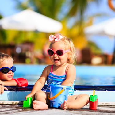 Verano con niños: 13 imprescindibles para una tarde de piscina con el bebé