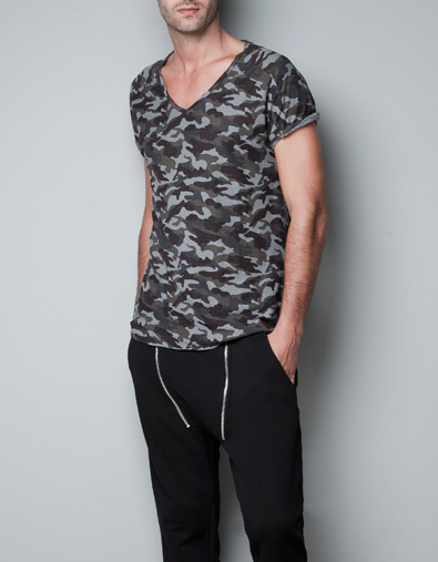 Camiseta camuflaje de Zara