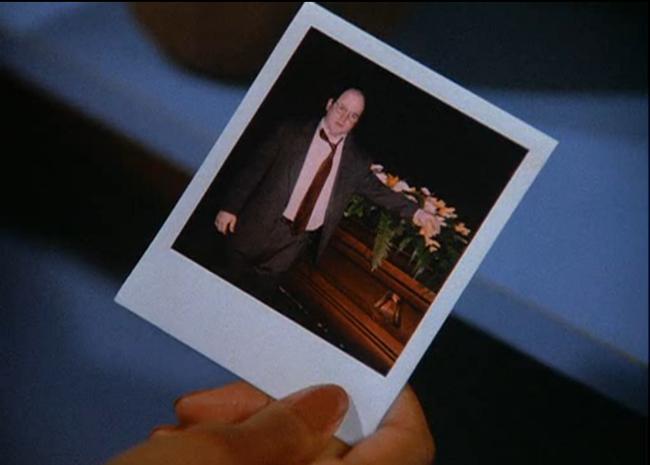 George Costanza demostrando que asistió a un entierro. Imagen: NBC.