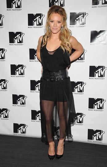 De negro, con transparencias y perfecta: Hilary Duff te enseña cómo
