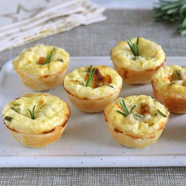 Mini quiches de cebolla caramelizada, pera y romero, una receta de aperitivo fácil para las fiestas