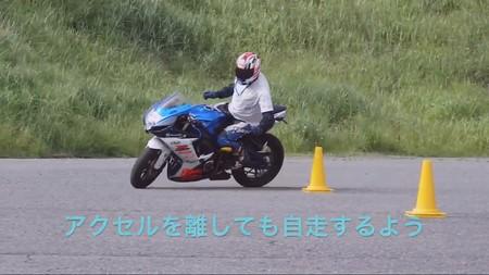 Habilidad en moto, nivel: completar un circuito de conos sin usar las manos y otras maniobras (casi) imposibles