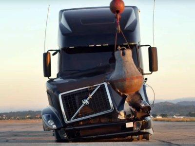 Hoy, en tonterías americanas, destrozamos a lo Miley Cyrus un Volvo de 100.000 euros para arreglarlo