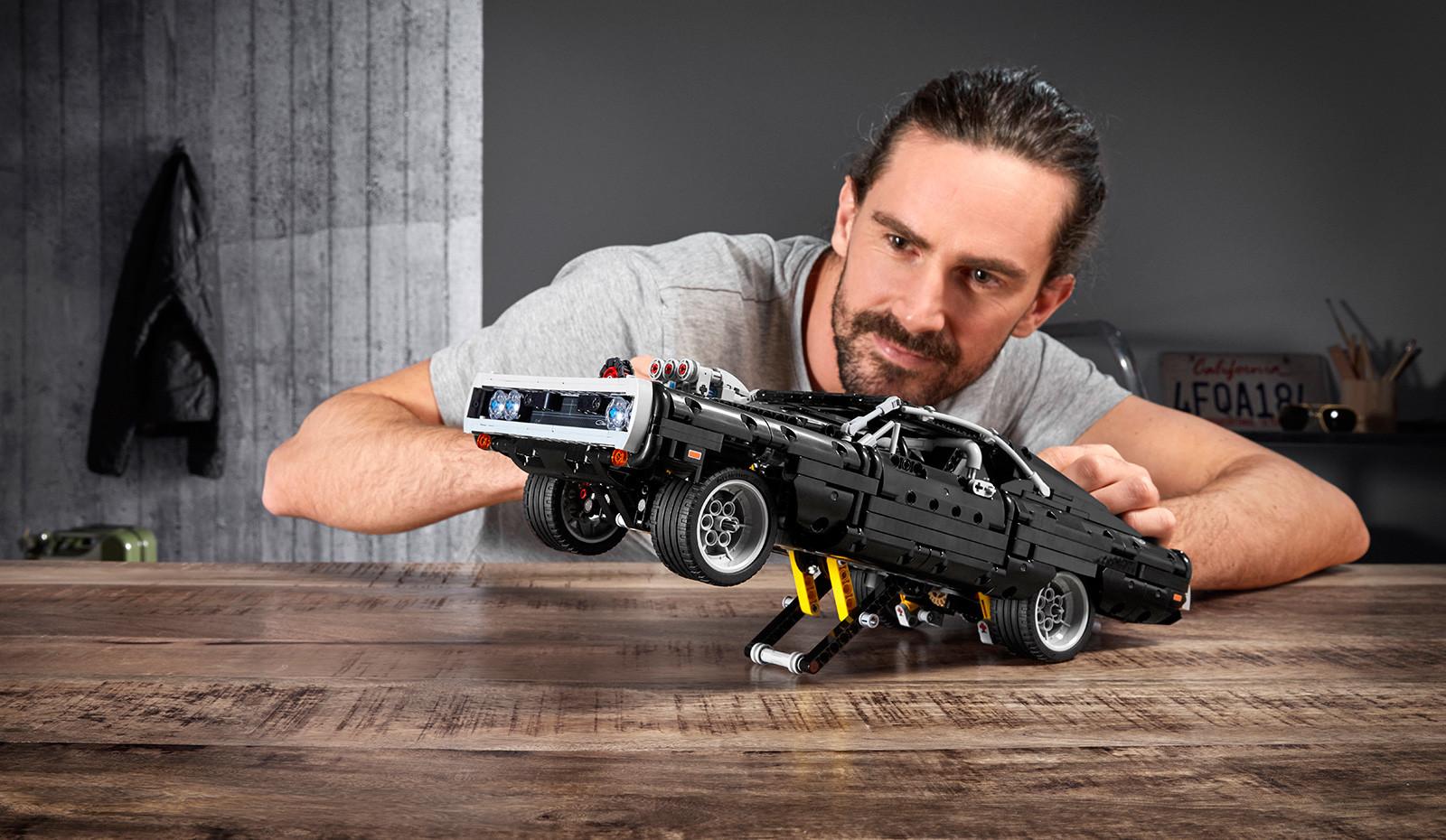 Foto de LEGO Technic Dom's Dodge Charger (18/18)