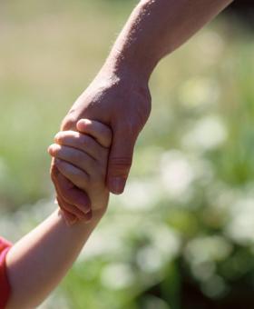 dando la mano al niño