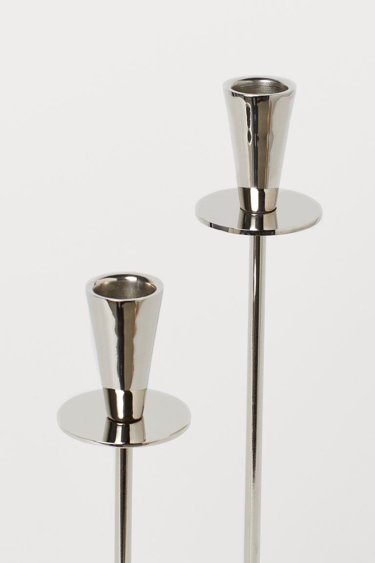 Portavelas de metal con base redonda acolchada en la parte inferior. Alto 31 cm.