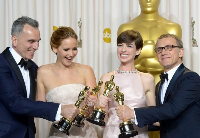 Daniel Day-Lewis, Jennifer Lawrence, Anne Hathaway y Christoph Waltz, los mejores actores de 2012 con sus estatuillas
