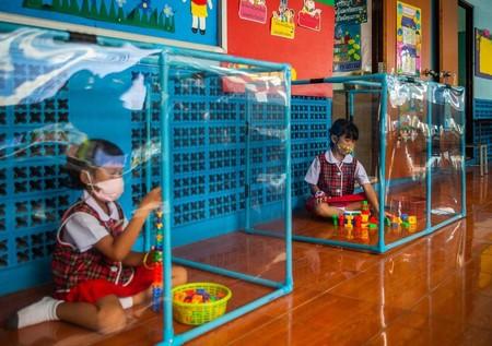 Urnas y mamparas de separación: las extremas medidas de escuelas en Tailandia para evitar contagios
