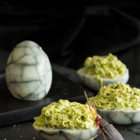 Nidos de cucaracha con aguacate y wasabi. Receta terrorífica para Halloween