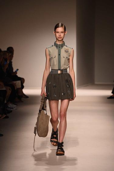 El estilo militar tiene un romance con las lentejuelas en la colección del próximo verano de Fay