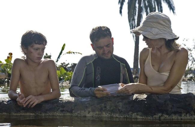 J.A. Bayona con Tom Holland y Naomi Watts en el rodaje de Lo Imposible