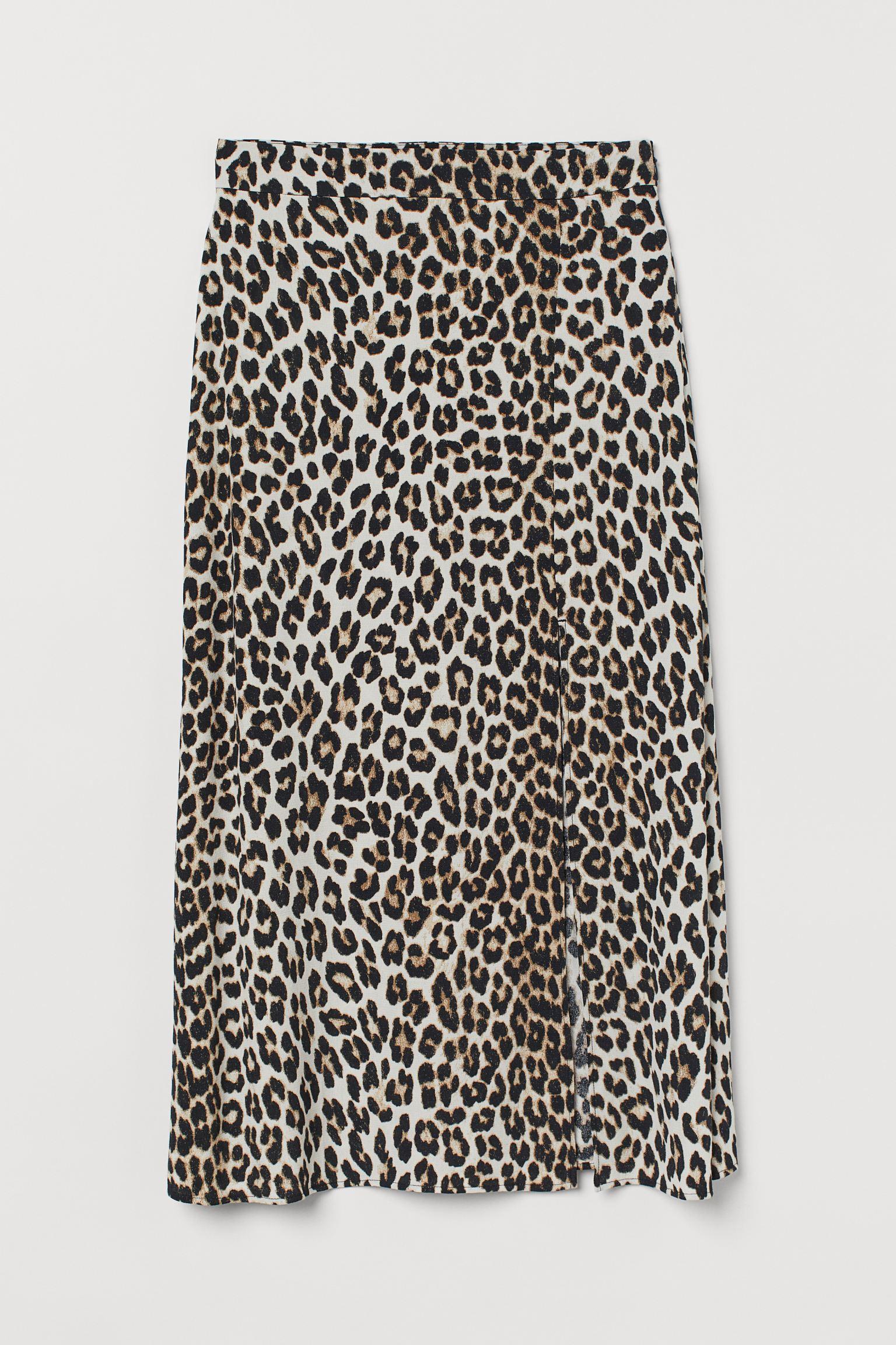 Falda midi en tejido vaporoso de viscosa. Modelo de talle alto con cremallera lateral oculta y abertura pronunciada delante.